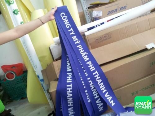 In dải băng đeo chéo bằng vải silk mềm mại, rũ tạo độ sang trọng, tiện lợi là đẹp hơn cho nhân viên khi giới thiệu, gặp gỡ khách hàng tại các sự kiện, chương trình,...