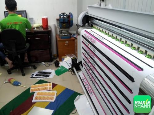 Công ty Việt Nam Printing trực tiếp thực hiện in ấn silk làm dải băng đeo chéo cho khách hàng tại máy in mực nước khổ 1m4 cho thành phẩm in đẹp, màu sắc tươi sáng, tên công ty rõ ràng